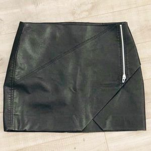 💋Black faux leather skirt! 30 or large never worn